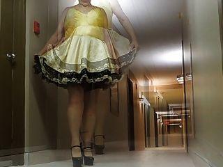 Sissy ray im Hotelflur in Sissy Kleid und sexy Fersen