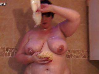 riesigen Brüsten reifen Mutter, die Sex mit sich selbst
