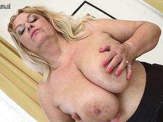 reife Mutter mit großen Titten und hungrig Pussy