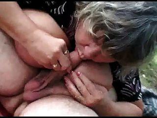 älteres Ehepaar mit frechen Teenager im Freien Sex