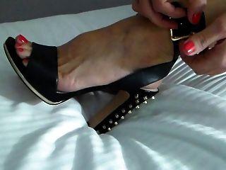 Swinger Frau setzt Schuhe auf eine Party-Nacht!