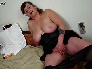 Großmutter mit großen Titten und großen Spielzeug