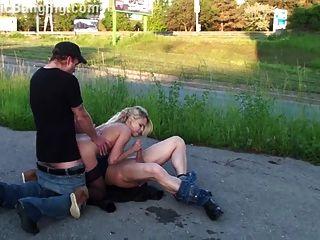 extreme öffentliche Orgie mit blonden Mädchen Teil 4