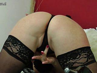 süß und sexy reife Mutter mit Pussy spielen