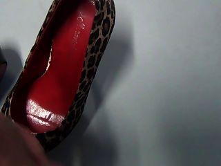 shoejob und abspritzen in den Schuhen mein Chef im Büro