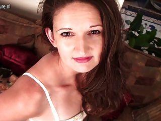 ungezogen amerikanische Hausfrau und ihre rasierte Muschi