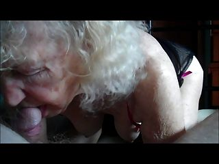 Oma arbeitet an einem alten Schwanz ...