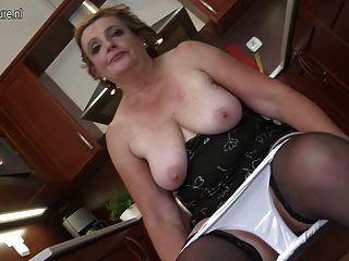 schmutzige Oma mit saggy Titten reitet schwarzen Dildo