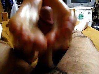 blonde Mädchen ein Reverse-foot mit fettiger Füße geben