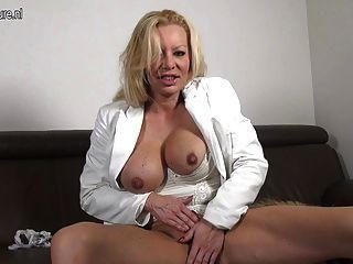 sexy freche mit ihrem Spielzeug spielen blonde Mutter