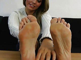 Izzy zeigt ihre sexy Füße