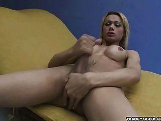 nuttig blonde Transe ihr Fleisch für die Kamera Rucken