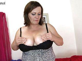vollbusigen reife Mutter mit hungrigen Pussy