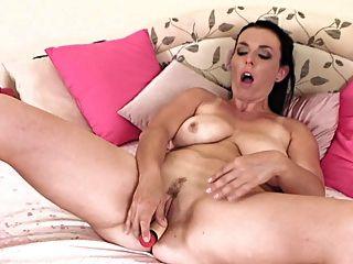 reife Dame masturbiert langsam 2