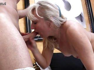 Reife Mutter wird mit jungen Liebhaber Analsex