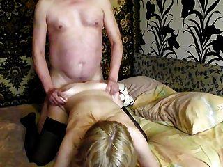 blonde russische MILF in Strümpfen zu Hause ficken