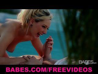 Sonnenuntergang blonde Streifen aus ihrem Bikini und gibt ihr ein Laie