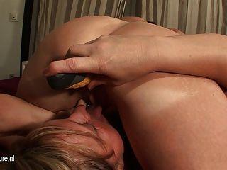 Kinky Mature Lesben auf Barraum Muff nehmen