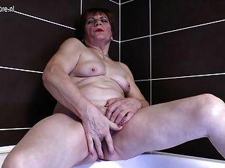 schmutzigen Großmutter in der Badewanne masturbiert