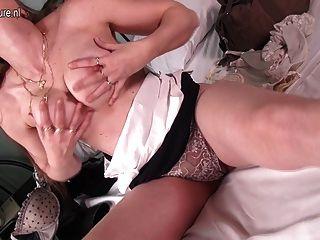 geil wirkliche Mutter auf ihrem Bett masturbiert