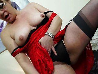 britische Mutter mit Spielzeug auf ihrem Bett masturbiert