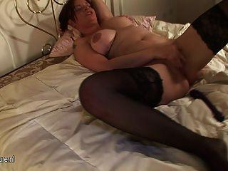 Kinky Hausfrau liebt es, ihre bösen Wege zeigt