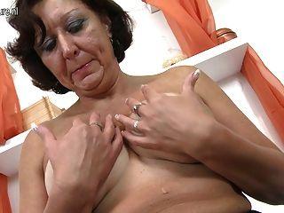 Amateur fetten Arsch Oma mit nassen Pussy spielen
