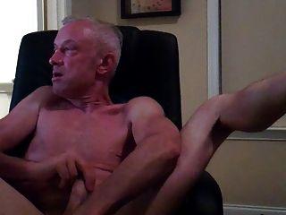 Papa in Computer Stuhl masturbiert