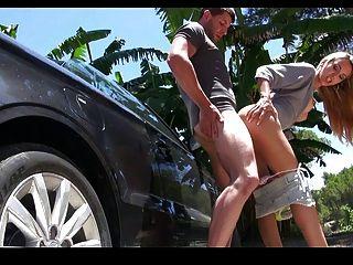 Frau benzin alle immer beginnt im Eine auto fahrt