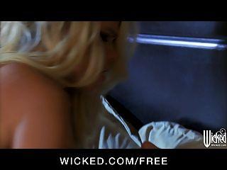 böse - schöne blonde Sexbombe britney macht Liebe