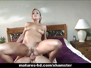 Babe genießt eine lange graben in ihren reifen Pussy