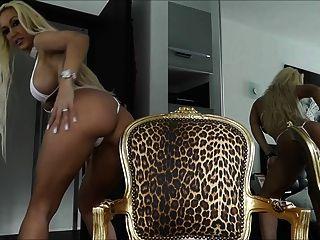hot blonde MILF in kleinen Bikini necken