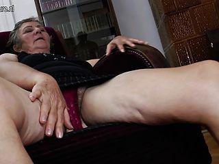 Oma von zwei jüngeren Lesben gefickt
