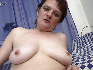 Amateur alte Mutter immer noch liebt zu masturbieren