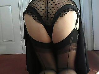 Suzy in schwarz gekleidet