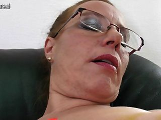 nerdy Mutter mit alten Möse und schlaffe Titten
