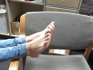 junge zierliche Rothaarige latina ihre 18 Jahre alte Füße zeigt
