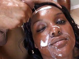 Schwarz-Weiß-bbw bekam ihr Gesicht mit Sperma bedeckt