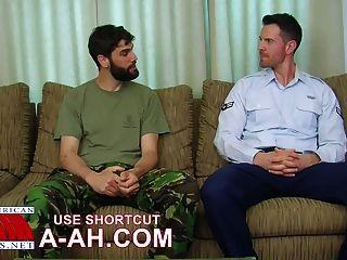 britischer Soldat wird von amerikanischen Soldaten ass-Stampfen