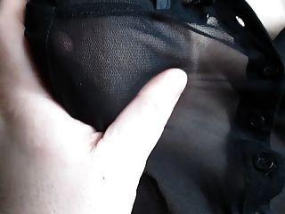ihre Titten in einer durchsichtigen Bluse berühren