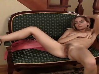 behaarte blonde Sexbombe Szene 6