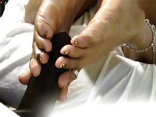 mrs coqueen bekommen ihre Sohlen gefickt, während Anschauen von Porno