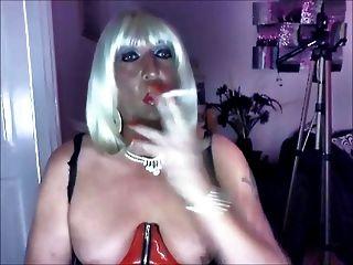 Chrissie Rauchen einer Menthol in PVC-Superking