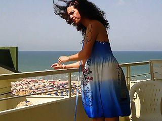 nikki Börse blauen Kleid balkony