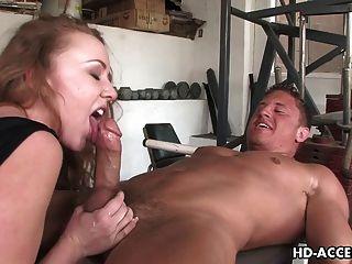 sexy Rotschopf Schlampe gibt einen guten Blowjob