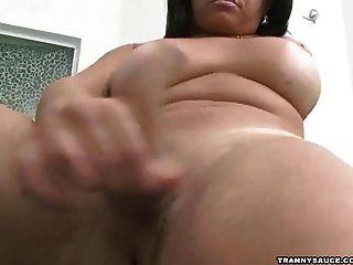 Brunette Tranny Babe mit herselfv spielen