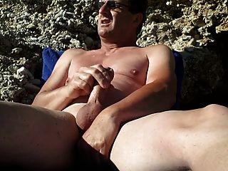 am FKK-Strand masturbieren