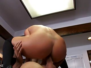 Big Titty blonde saugt aus Hahn cum!