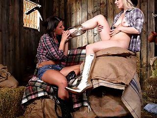 zwei Cowgirls, die Spaß auf der Scheune