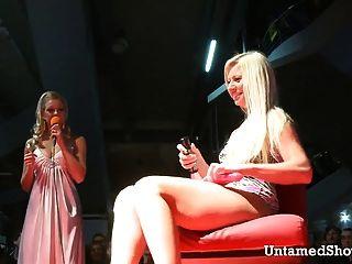 nuttig Stripper auf einem massiven Dildo sitzt